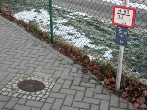 Das Hydrantenschild weist gibt der Feuerwehr Auskunft, wo sich die nächste Wasserentnahmestelle befindet. Foto: Feuerwehr Weinheim
