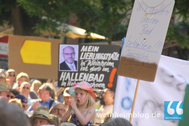 Über 600 Menschen aus Hohen- und Lützelsachsen hatten sich gestern nachmittag am Marktplatz versammelt und hatten gegen die Pläne der Stadt demonstriert, die Mehrzweckhalle in Hohensachsen abzureißen und das Viktor-Dulger-Hallenbad zu schließen. Sie warfen der Verwaltung Intransparenz vor.
