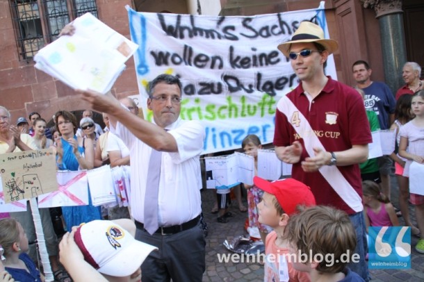 Am Montag hatten über 600 Weinheimer Bürger gegen die Hallenlösung der Stadtverwaltung demonstriert und Unterschriftenlisten gegen die Schließung des Hallenbads an den Ersten Bürgermeister Dr. Torsten Fetzner übergeben. Bis zur Juli-Sitzung will der Gemeinderat einen Weg finden, mehr Bürgerbeteiligung in dieser Frage zu erreichen.